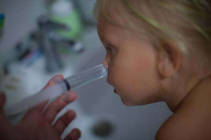 можно ли промывать нос ребенку физраствором