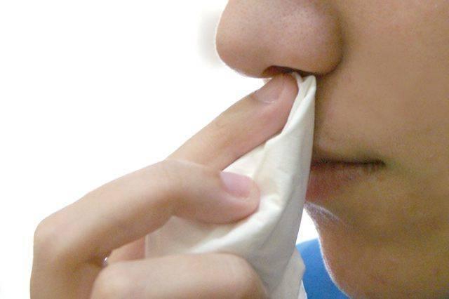 почему из носа течет вода при наклоне