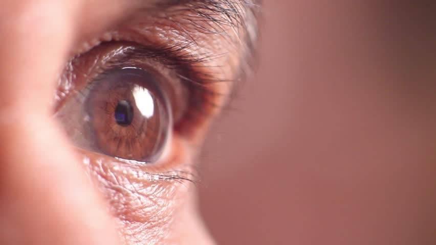 Почему слезятся глаза на улице — что делать?