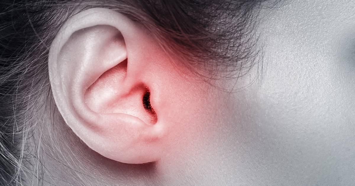 Воспаление за мочкой уха болит
