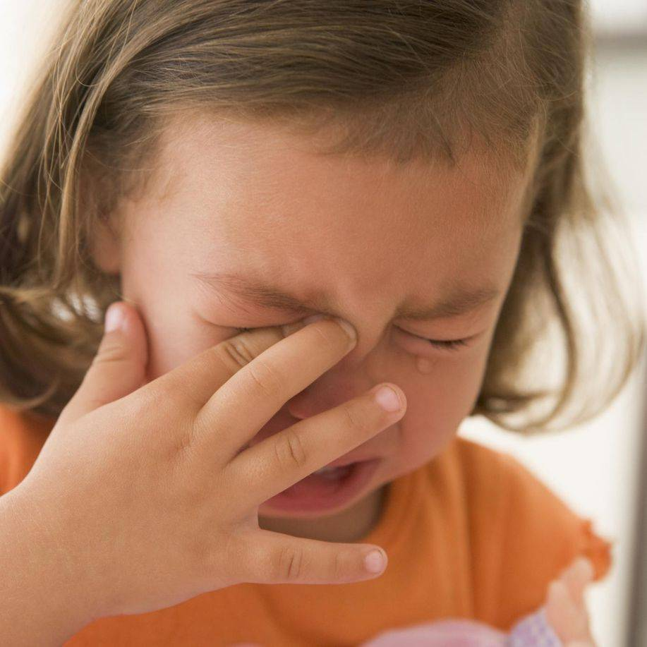 чешется глаз и покраснел у ребенка