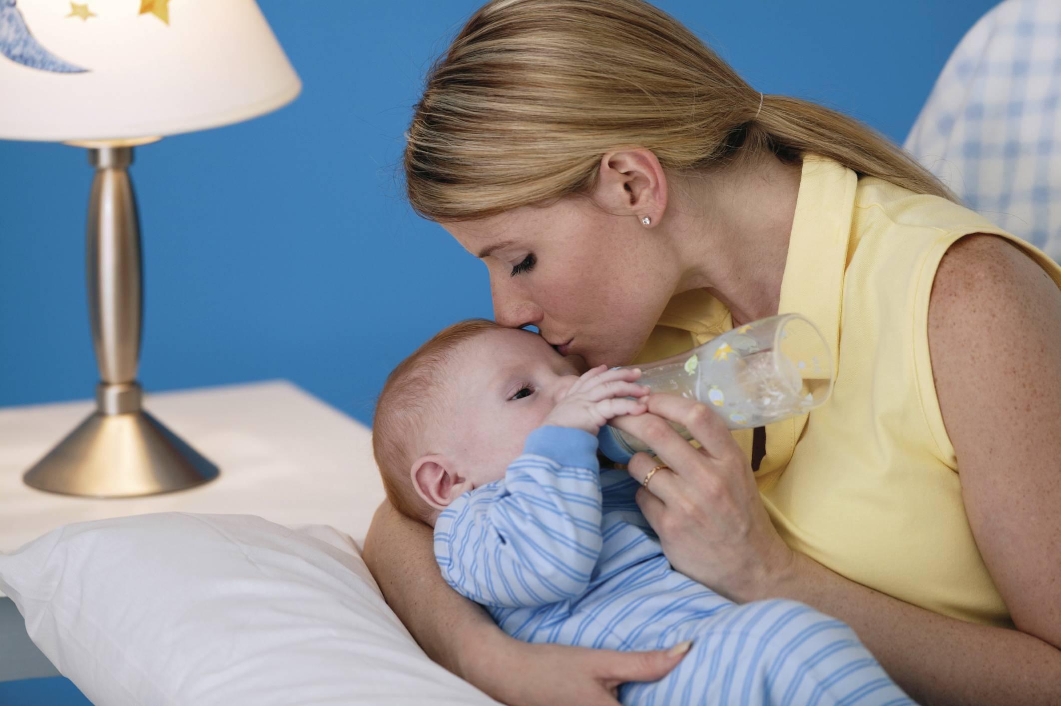 Чем лечить насморк у кормящей мамы: препараты, народные средства