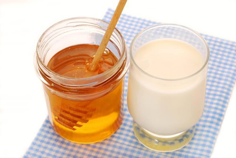 При ангине можно пить горячее молоко