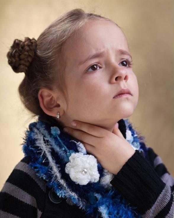 ребенок жалуется на боль в горле