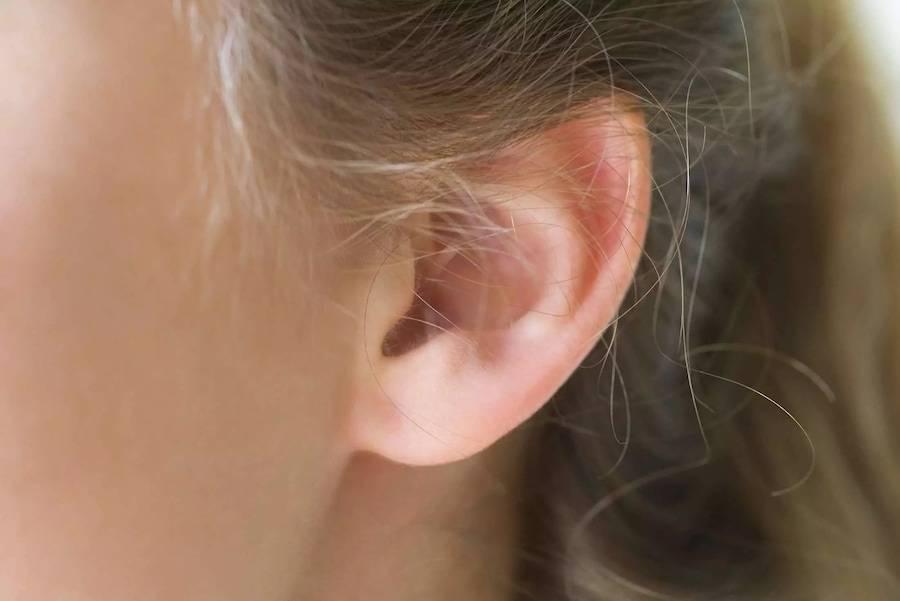 К чему чешутся уши: правое и левое – полный список примет