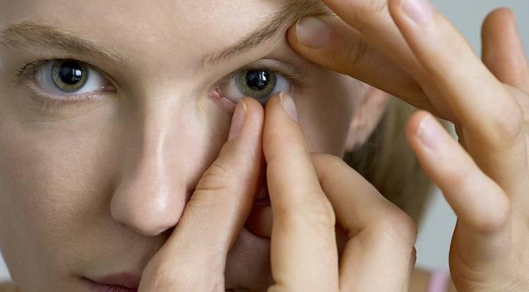 почему линза сползает с глаза
