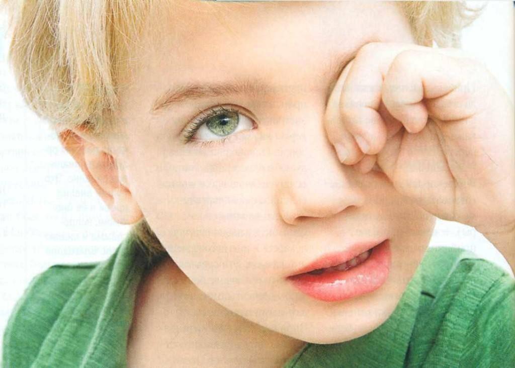 почему ребенок трет глаза
