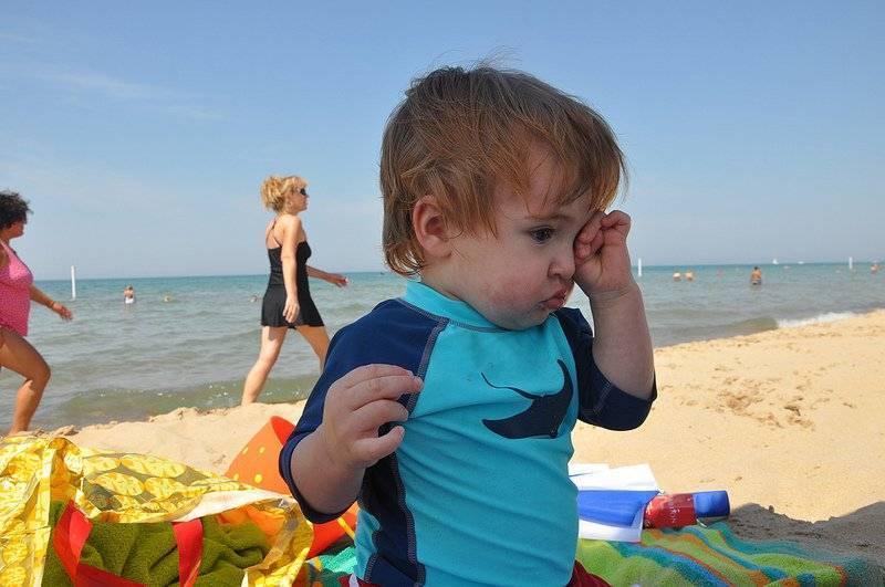 Попал песок в глаз взрослому, ребенку: что делать