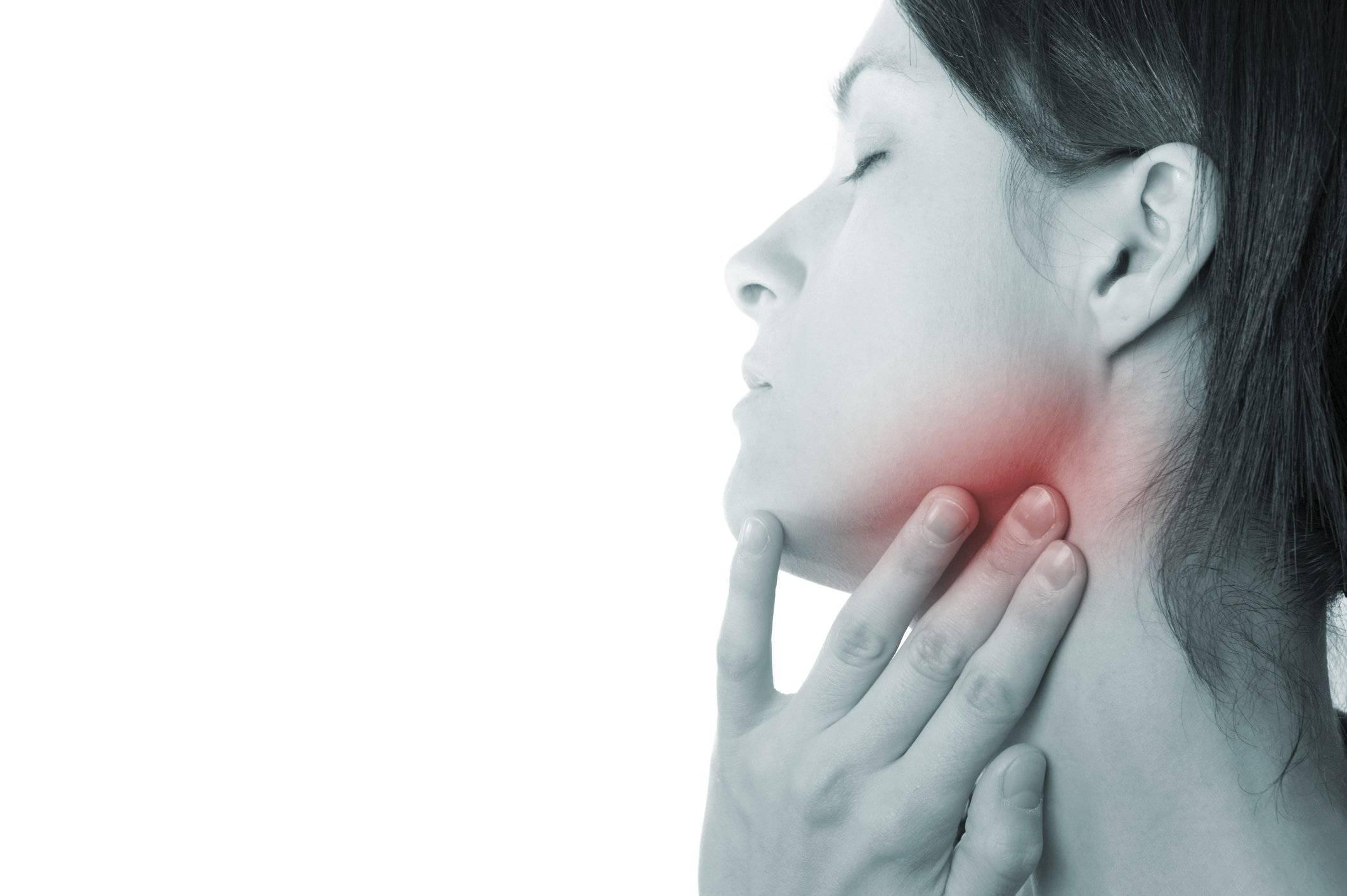 Болит горло и отдает в ухо: причины, лечение