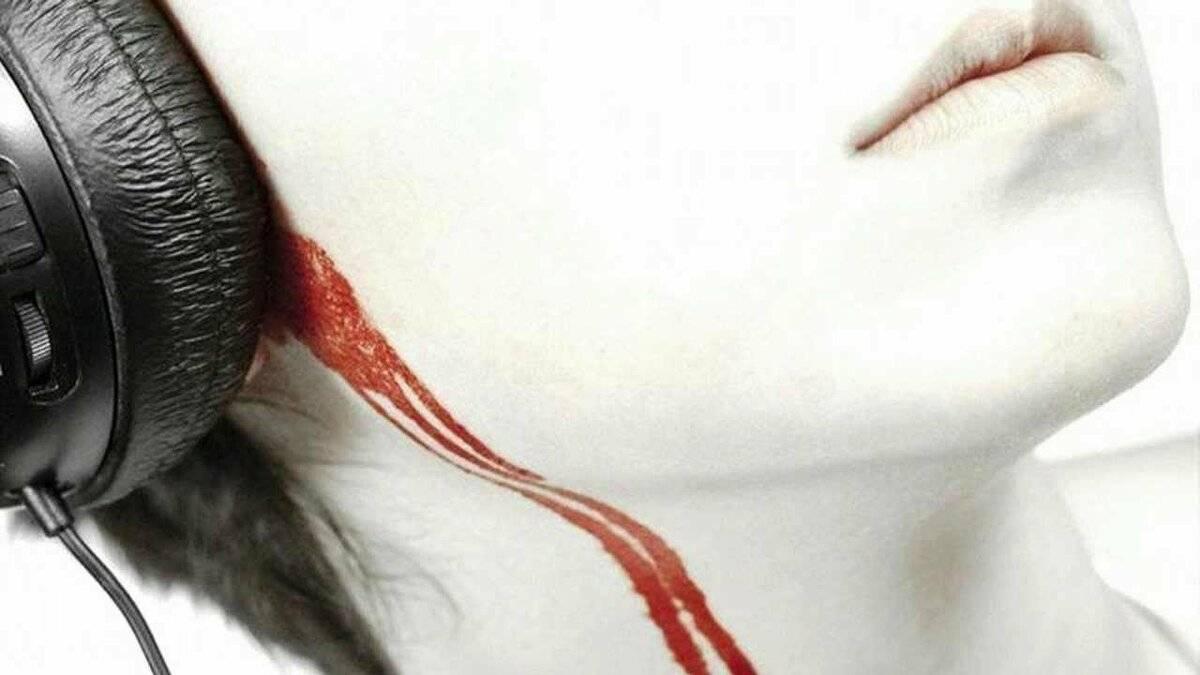 течет кровь из уха
