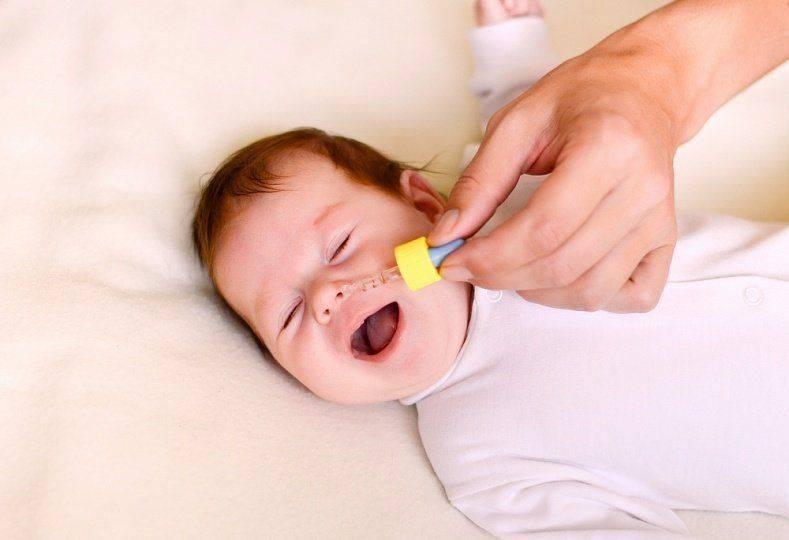 у новорожденного сопли и чихает