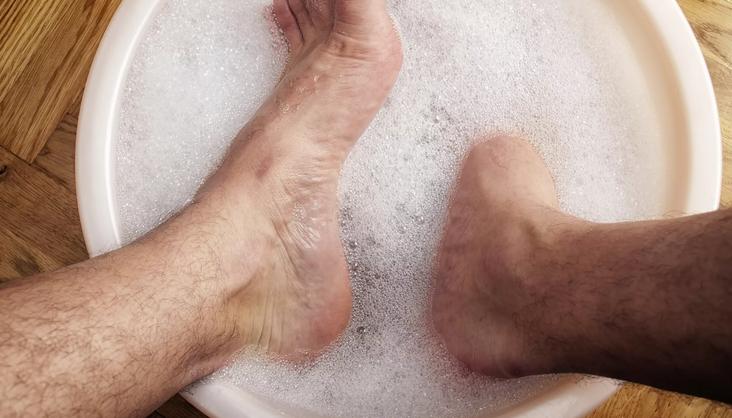 Рассказываем, как правильно парить ноги при кашле