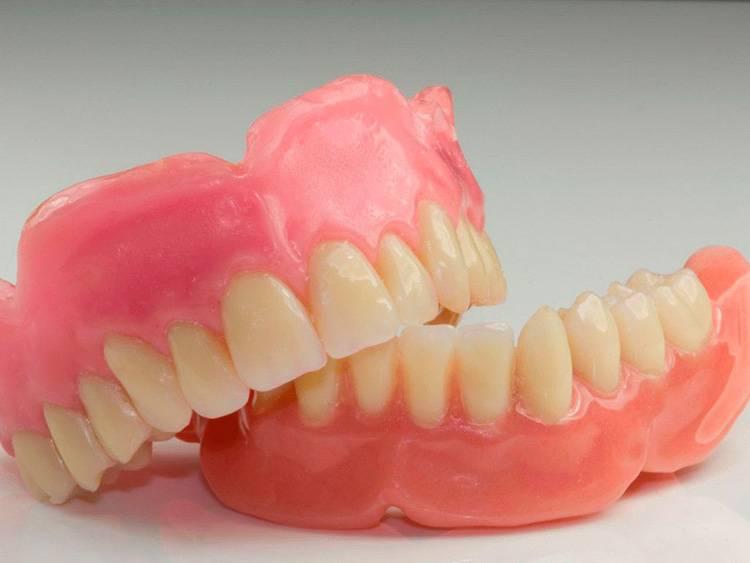 Съемные зубные протезы: их виды, преимущества и недостатки каждого
