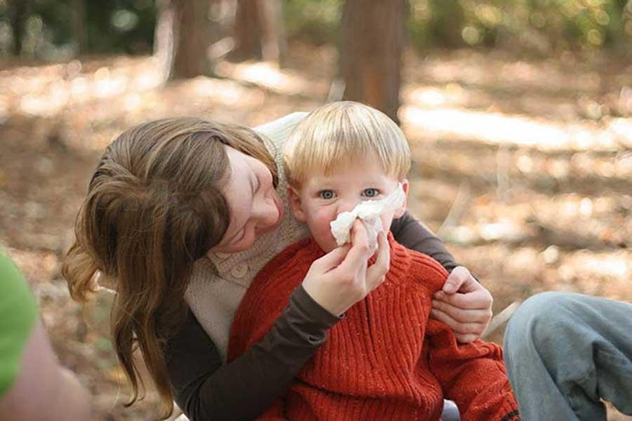 Можно ли гулять с ребенком с насморком и кашлем? ответы на вопросы