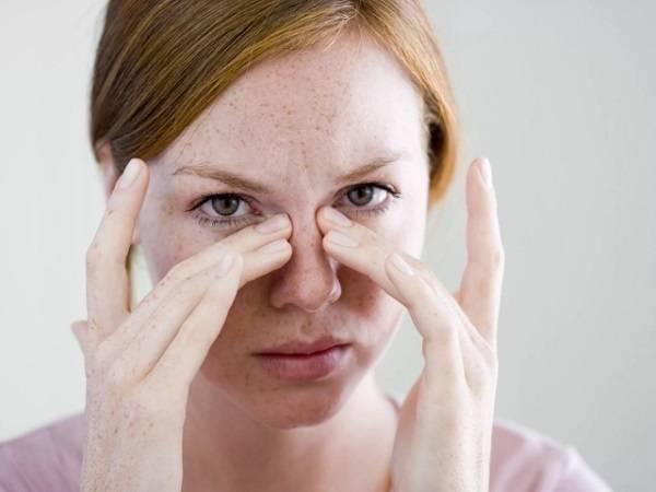 Угол глаза болит при моргании