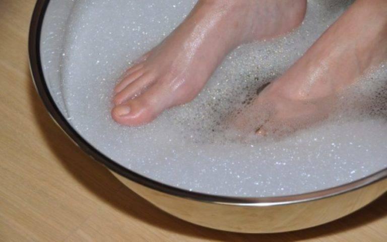 Как правильно парить ноги при насморке взрослому
