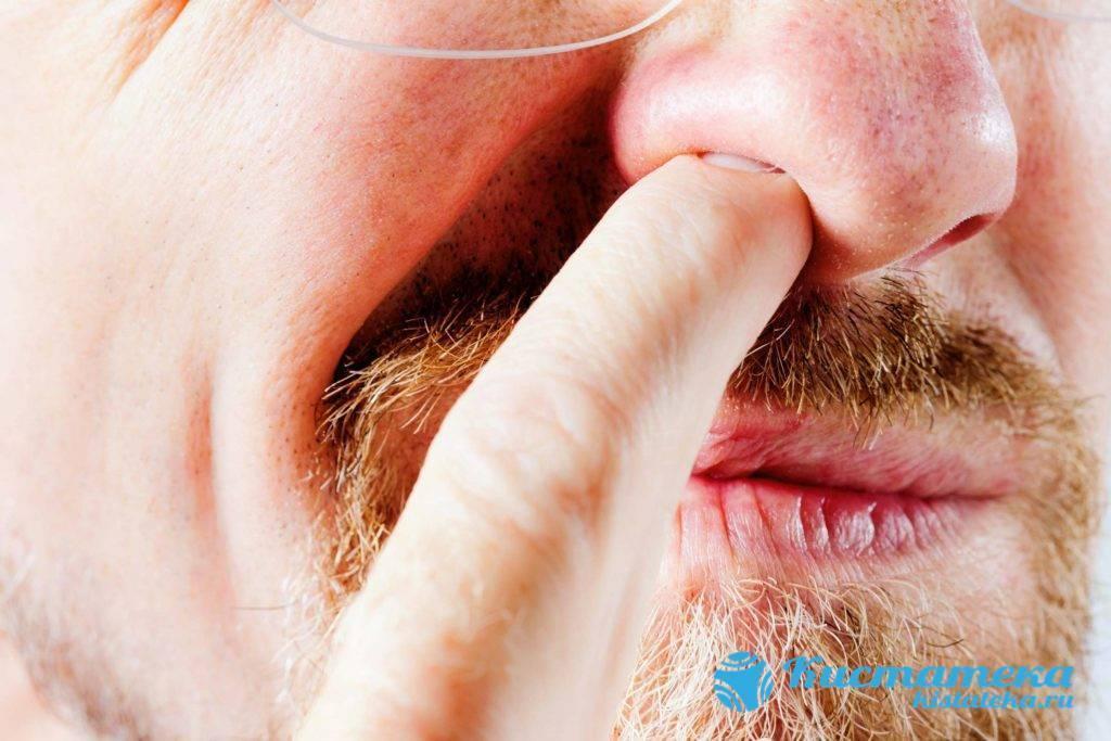 Щекочет в носу и болят глаза