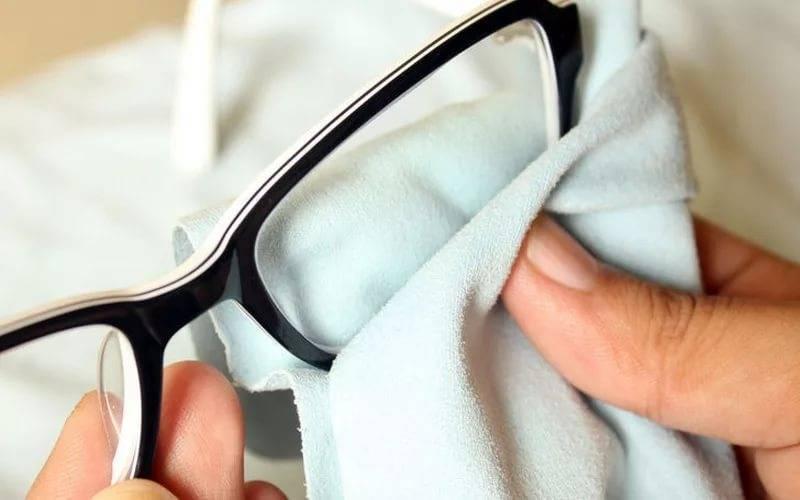 Чем протирать линзы очков для зрения (пластиковые, из стекла), чтобы не было разводов