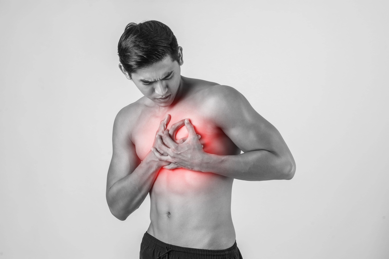 У мужчины болит возле груди болит