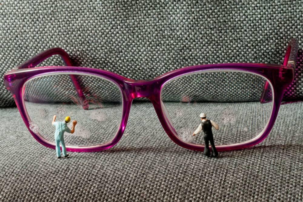 Как и чем протирать очки, чтобы не было разводов?