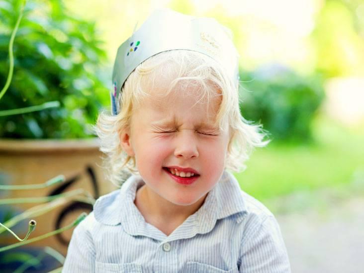 Нервный тик глаз у ребенка: симптомы, причины, лечение