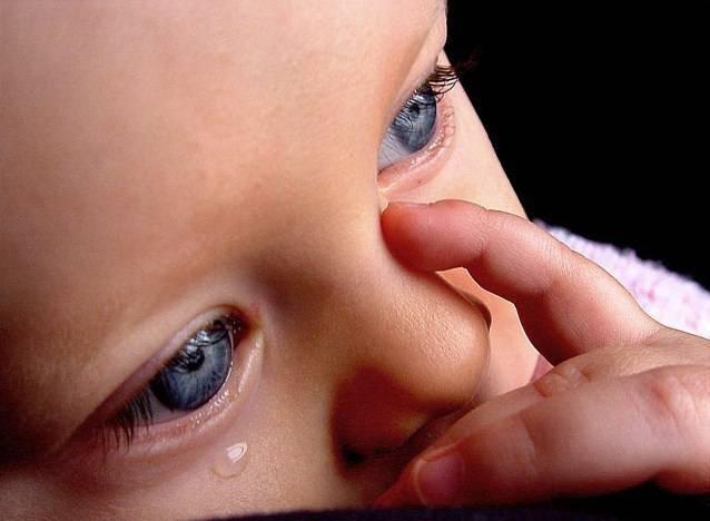 слезятся глаза у новорожденного что делать
