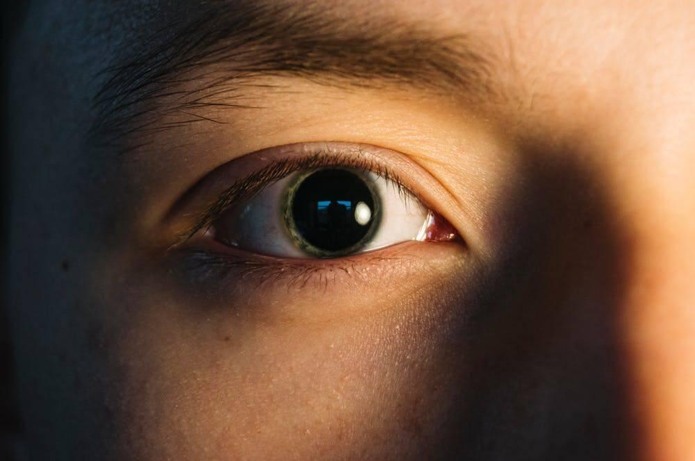 Что значат суженные зрачки у человека: причины состояния и лечение