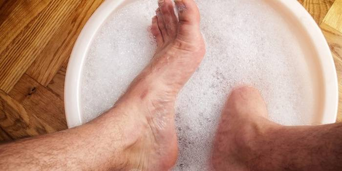 Ноги в тазике с горячей водой