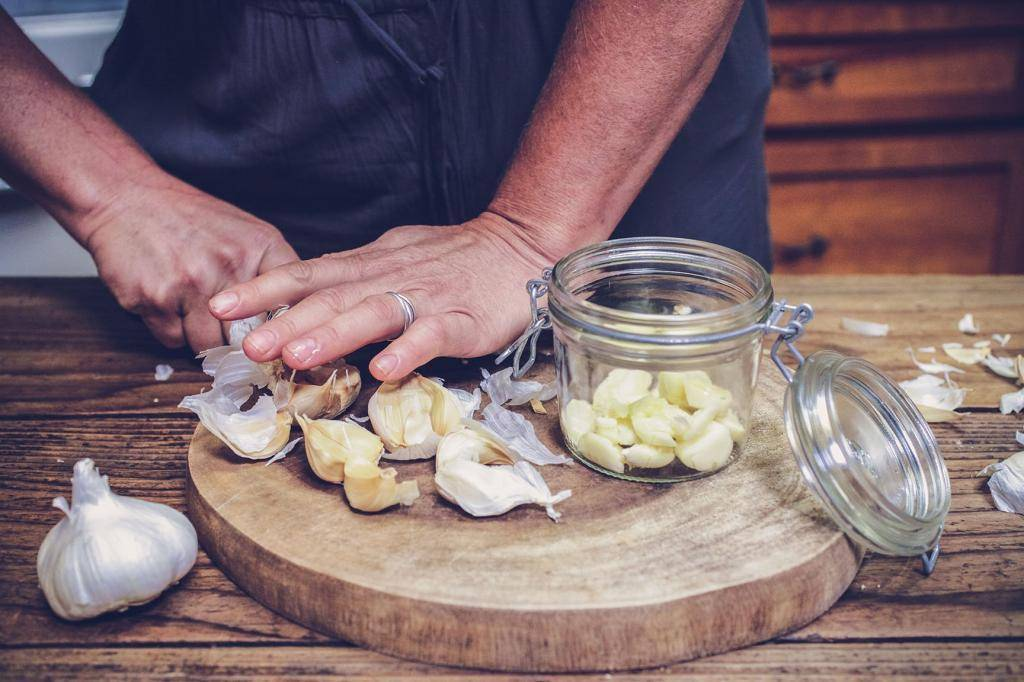 Чеснок в нос: показания к применению, польза и вред лечения, а также рецепты, как сделать капли от насморка, заложенности и гайморита