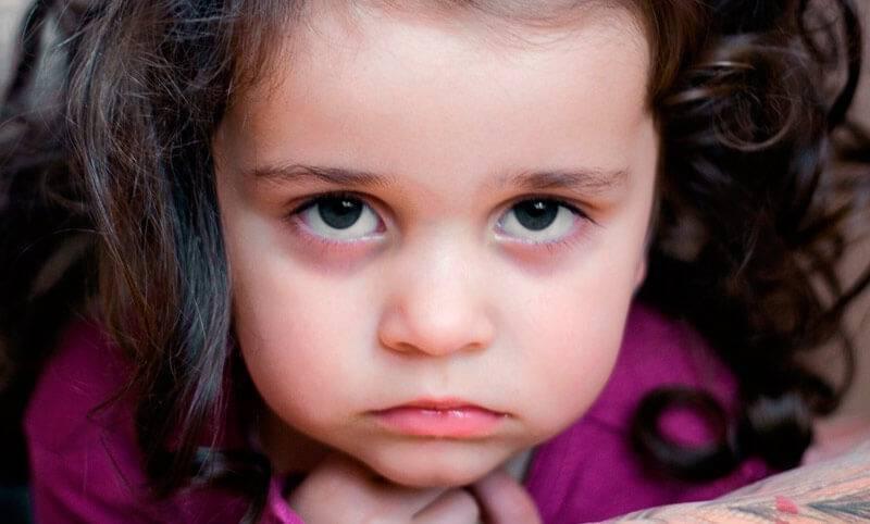 отек верхнего века у ребенка