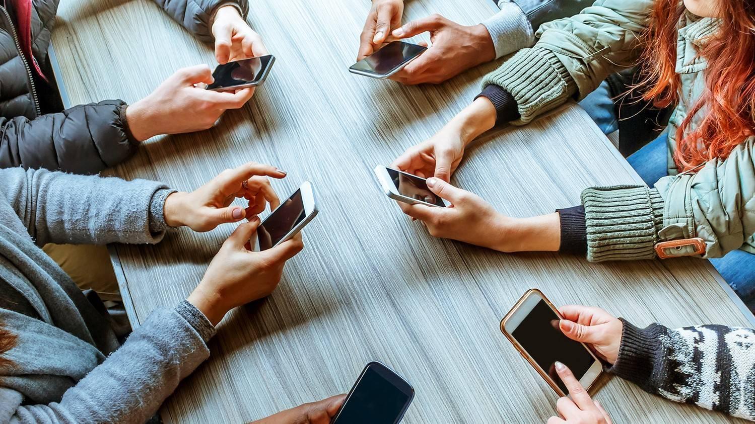 Как зависимость от смартфона исоцсетей влияет на мозг