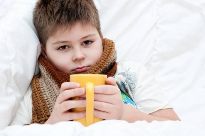 Ребенок постоянно кхыкает или кряхтит горлом: причины и лечение