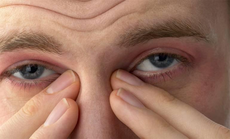 глаз чешется в уголке