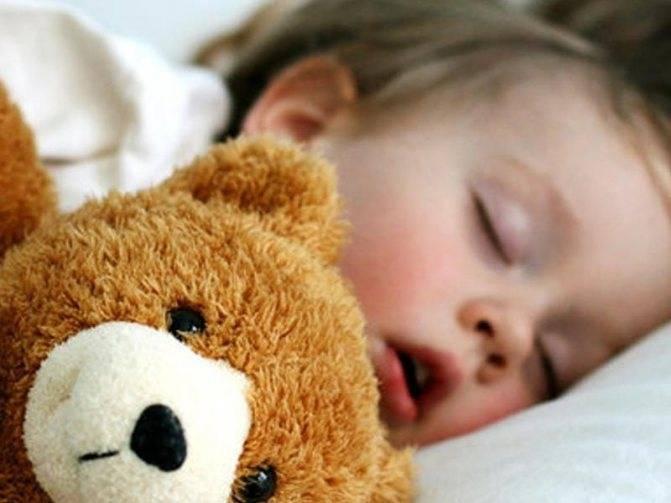 Храпит во сне, тяжело дышит!
