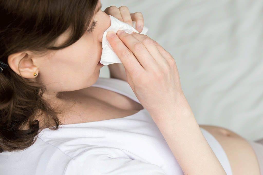 Вылечить насморк кормящей маме: симптоматика