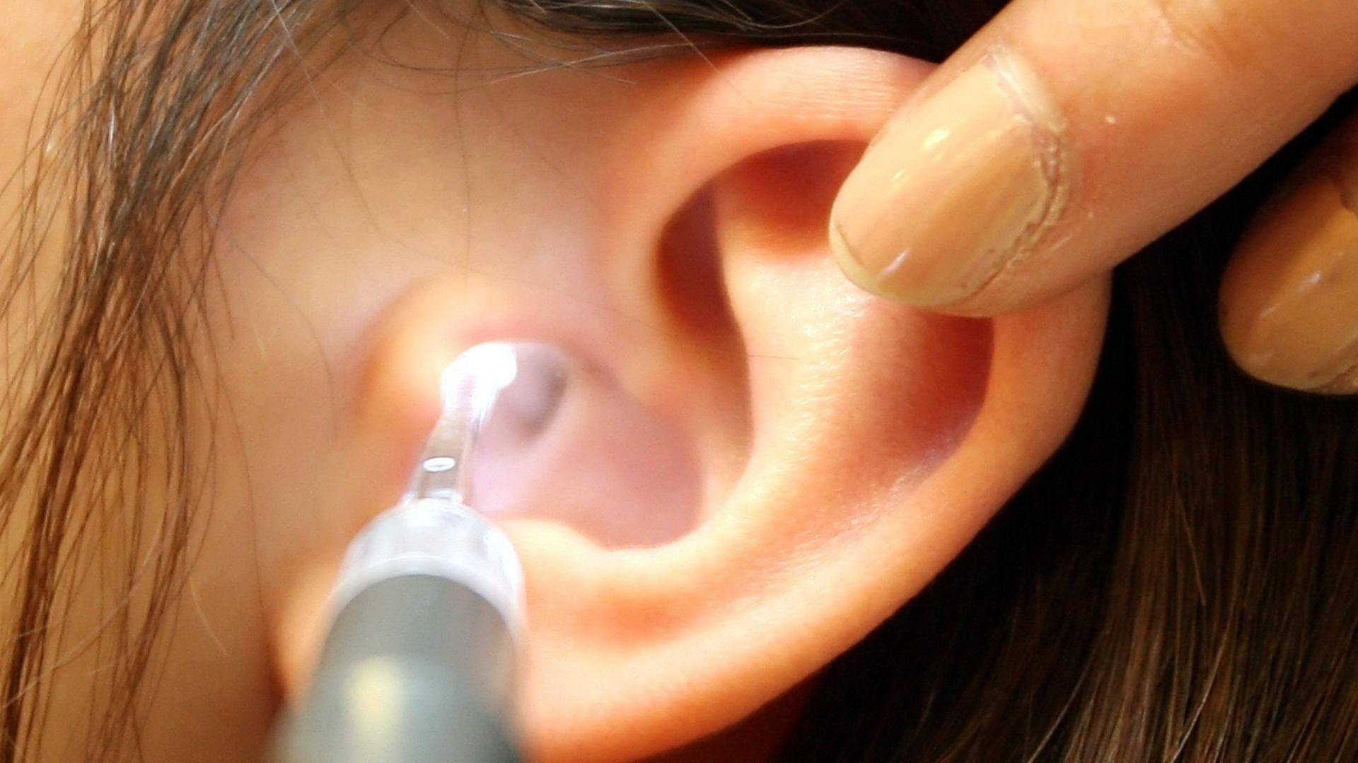 5 причин неприятного запаха за ухом