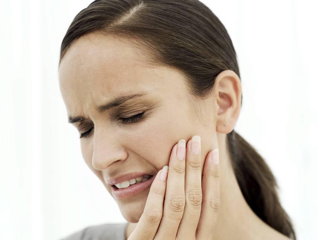 Почему болит в ухе при жевании