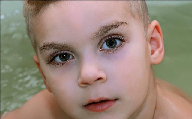 Основные причины и лечение синяков под глазами у ребенка