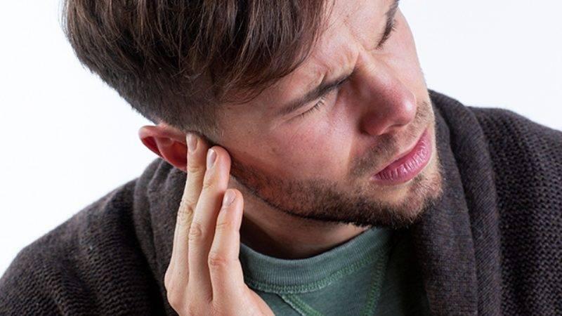 воняет из уха