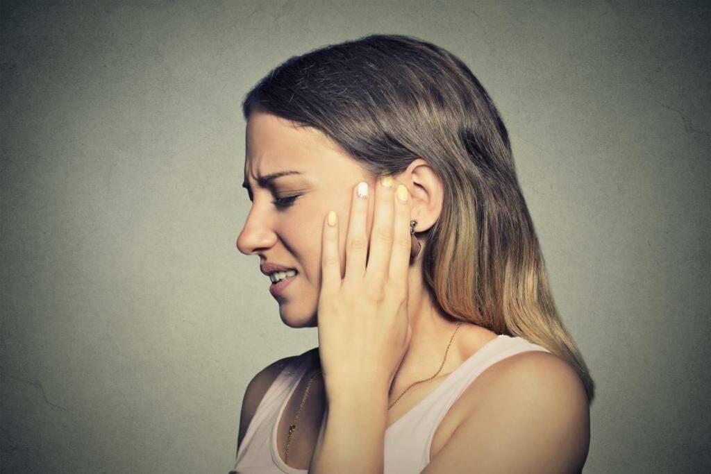 от чего болит ухо
