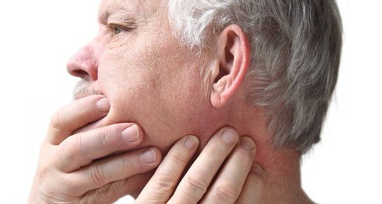 боль в ухе при жевании открывании рта
