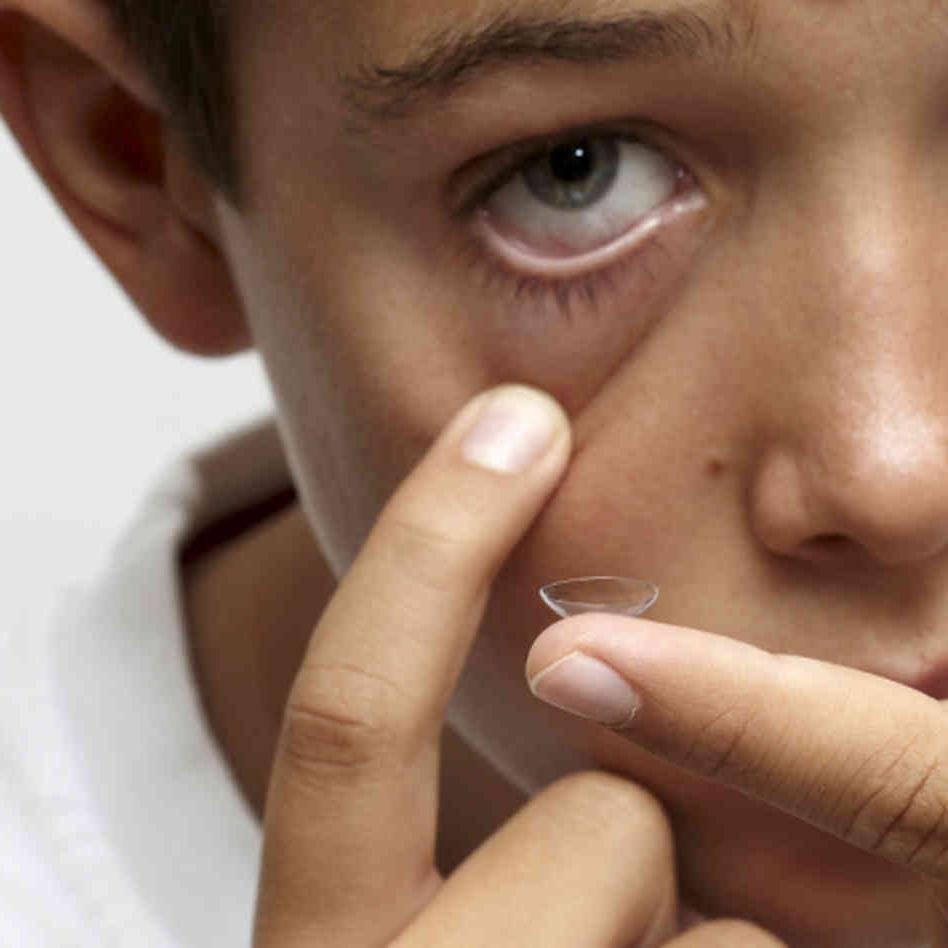 Мнения офтальмологов разделились: со скольки лет можно носить линзы для коррекции зрения?