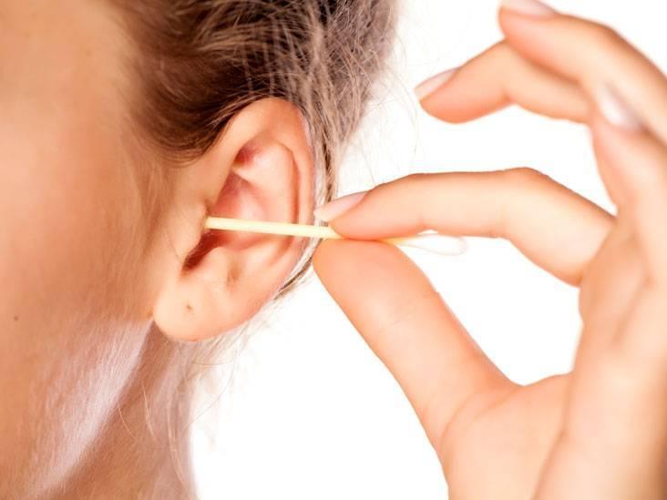 неприятный запах за ушами у человека причина
