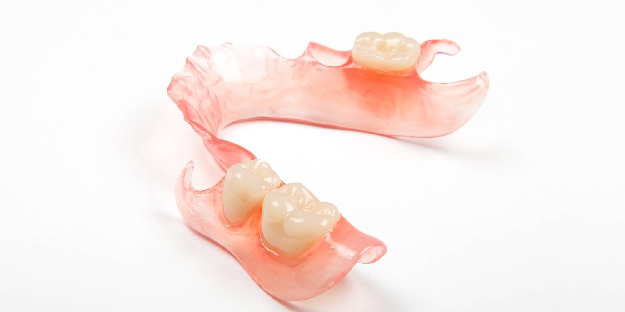 Гибкие съемные зубные протезы: конструкция, особенности и преимущества