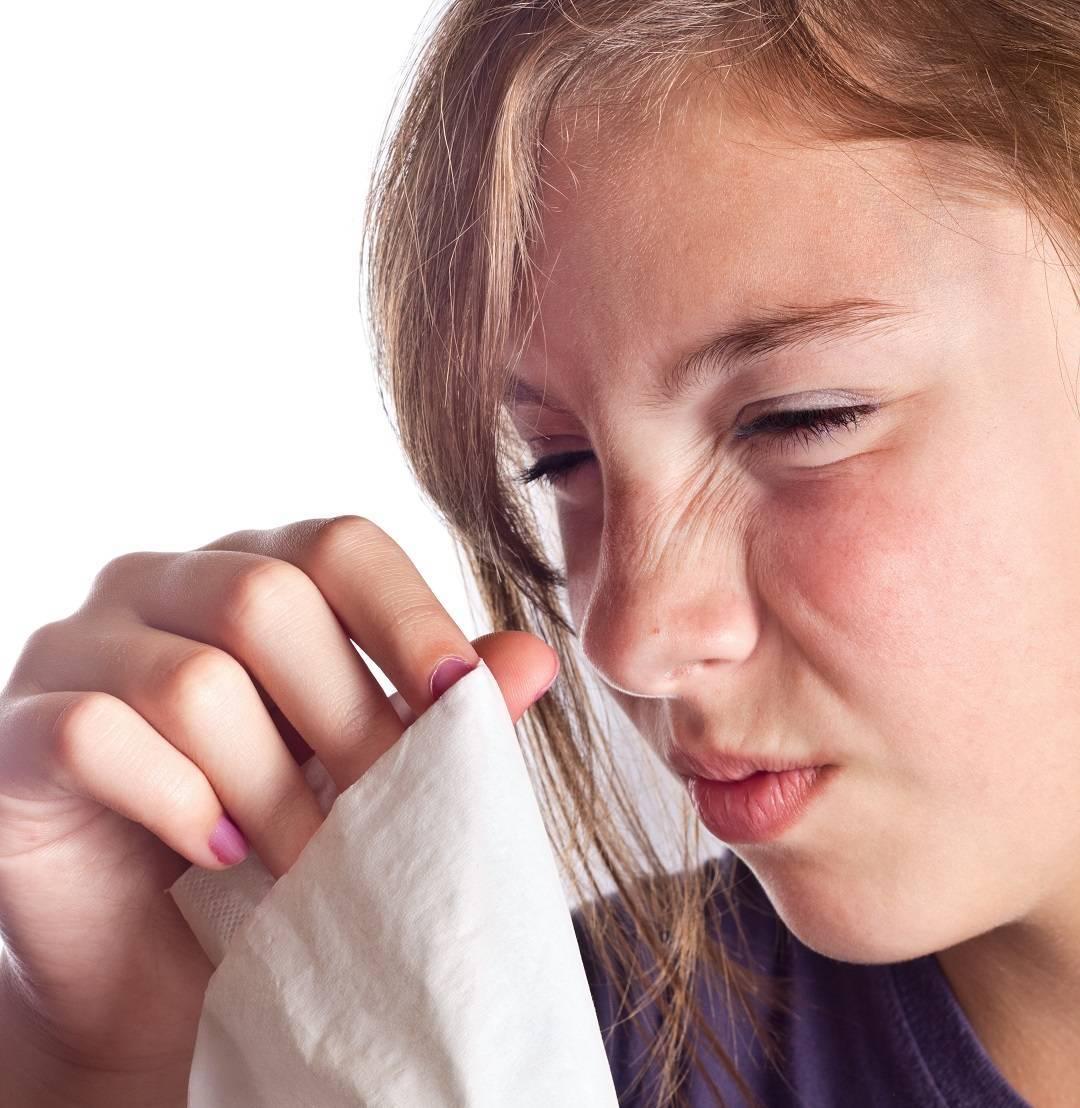 постоянно щекочет в носу и чихаю