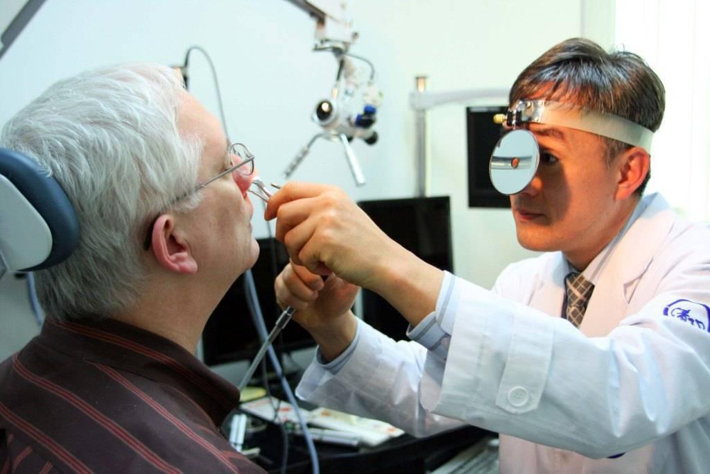 Как называется врач который лечит ухо горло нос
