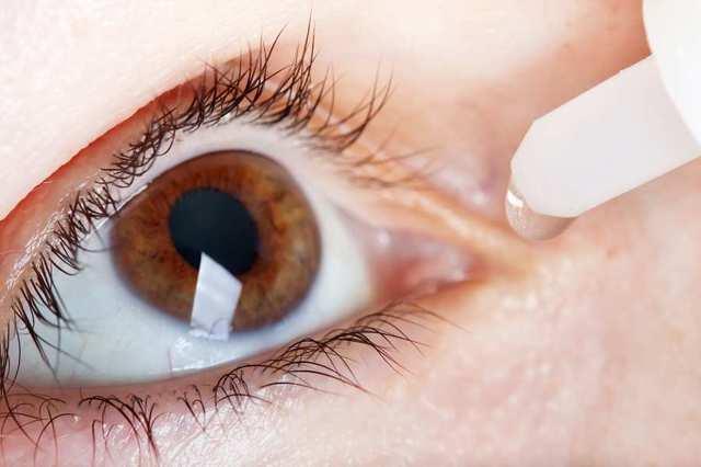 После линз сильно болит глаз
