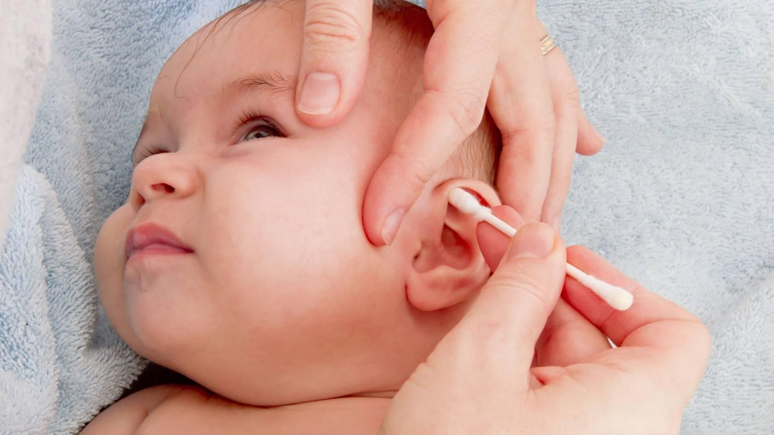 Как правильно и чем чистить уши ребенку?