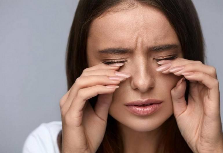 Почему при насморке слезятся глаза и что с этим делать