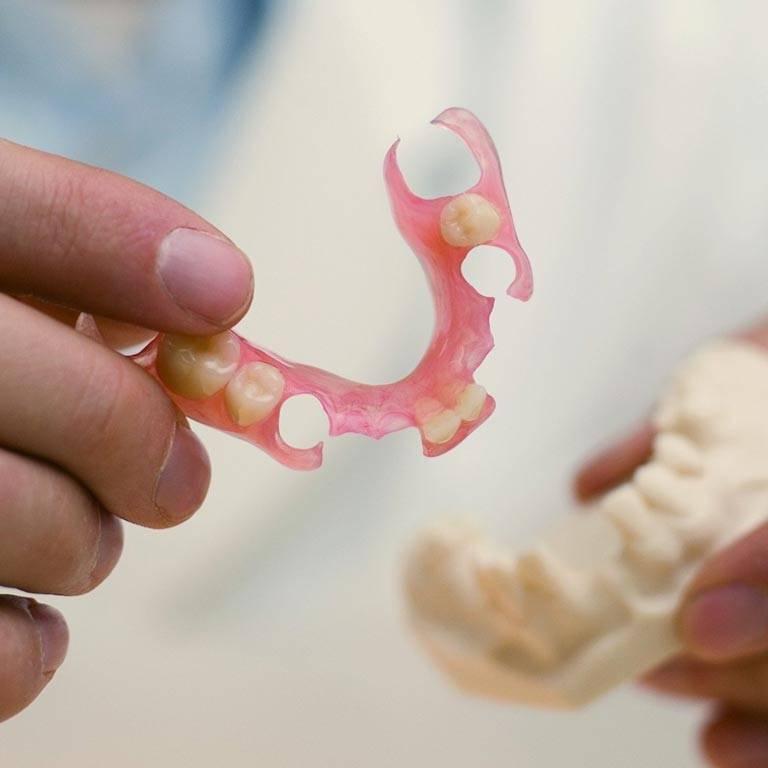 Уход за нейлоновыми зубными протезами